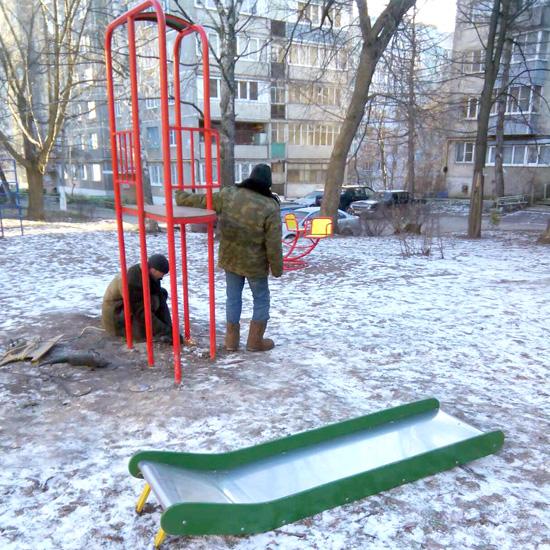 Перед Новым годом у детей отняли детскую площадку
